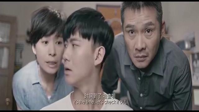 到了高考查分的时候,父母都盯着他,他吓得手都直哆嗦