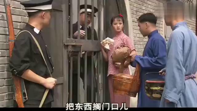 白景琦进大牢,丫鬟香秀来探监,想不到他老人家还在休闲的下棋!