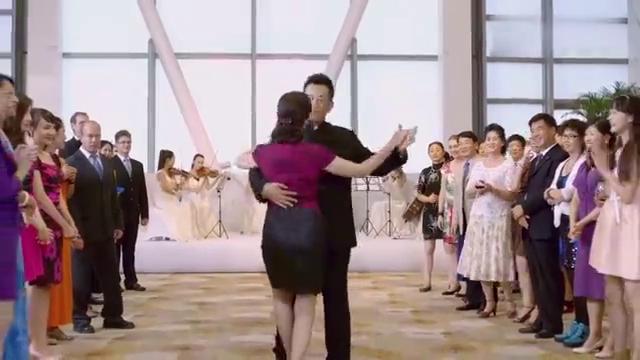 爸妈正在跳交际舞,台下女儿意外发现爸爸秘密,整个人都不好了!