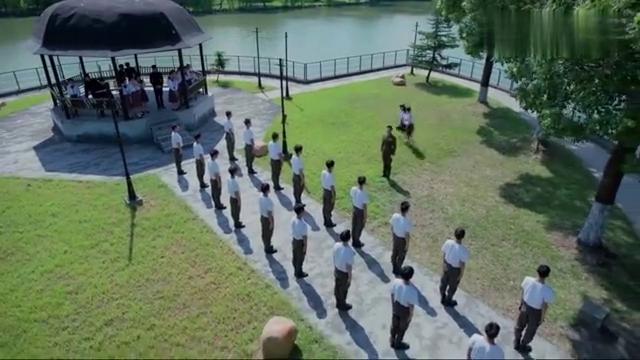 是个教官带着学生军训,结果亭子里站的都是姑娘,还一脸的花痴