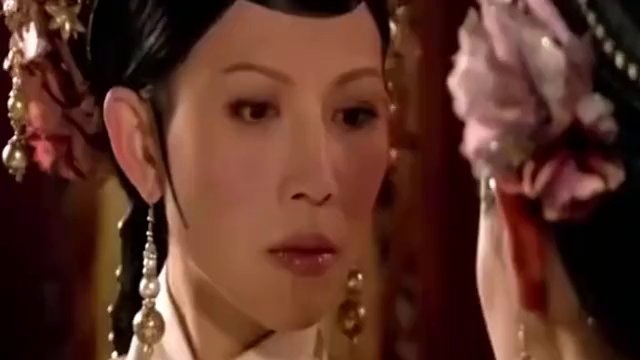 甄嬛传:甄嬛为陷害皇后自撞桌角,这时有谁注意蔡少芬的肚子