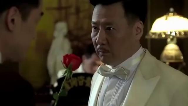 伪装者:明台真皮,竟当众送大哥玫瑰花,大哥满脸尴尬