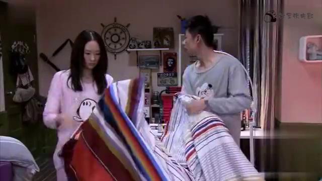 闺蜜无处可去,老婆为她换新床单,老公赖皮让老婆睡中间