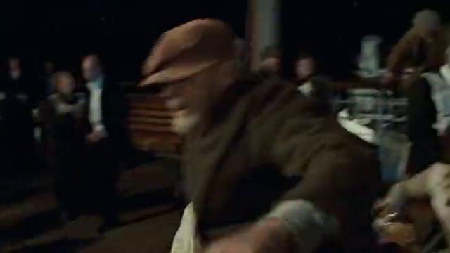 泰坦尼克号:杰克萝丝带领兄弟寻找船只逃生,小伙:船都要沉了还