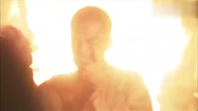冲出月亮岛:劳工营突然着火,小伙想从房顶逃生,却被人拿枪