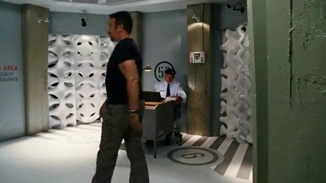 犯错学员被组织关押,超人教练表面找他闲聊,下一秒就把他救了