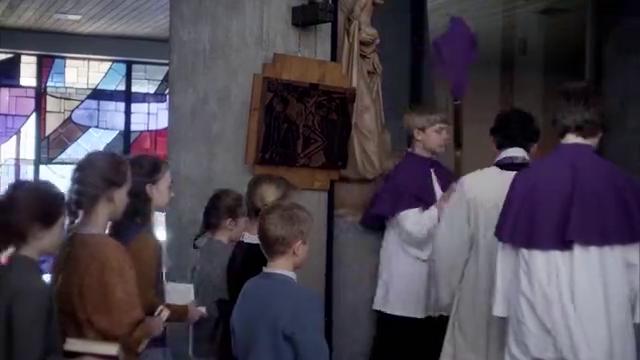 教堂的牧师看起来和蔼可亲,但不知。。