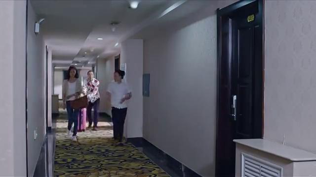 焦不满看到方美兰预定的双人间后决定为她换一家四星级酒店