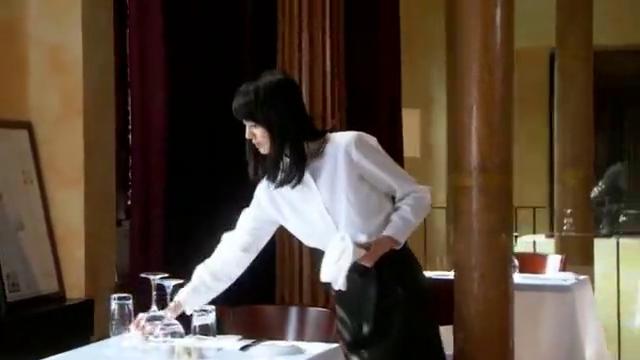灰姑娘正和母亲在餐厅打工,霸总找了过来,沉着张脸好吓人的样子