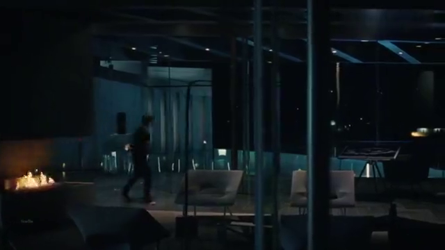 视 手 老头看到家里泳池有裸女游泳,没想到是来报仇的机器人。