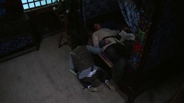 男子偷东西,对方睡得像头猪一样,还说着梦话