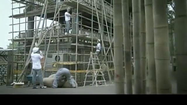 坏人故意害建筑工人,没想到害人不成却坑了自己,真够蠢的
