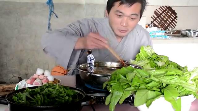 一寸高小人吃不到火锅,气得往锅里撒尿,被一筷子夹起来