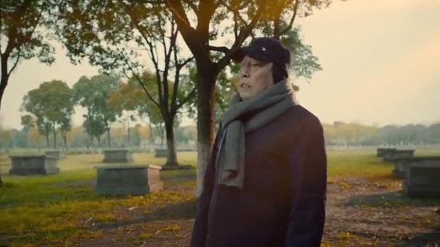 都挺好:苏大强去妻子的墓碑前,小心清理墓碑上的杂草,泪目!