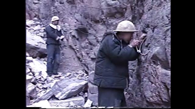 黑豆跟着三旺学工地的炮火,爆炸后很淡定