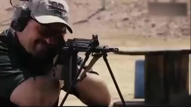 国外大叔霸气试射FAL自动步枪,近距离欣赏子弹上膛的慢镜头