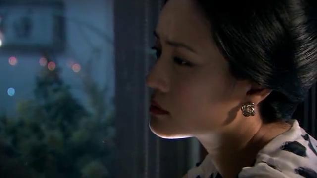 美女看向窗外情绪低落,回忆起那天的情景,这时电话打了进来