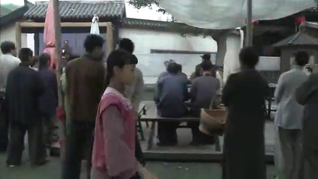 小姑娘在街头卖唱,引得国民军的注意,还直夸她好嗓子