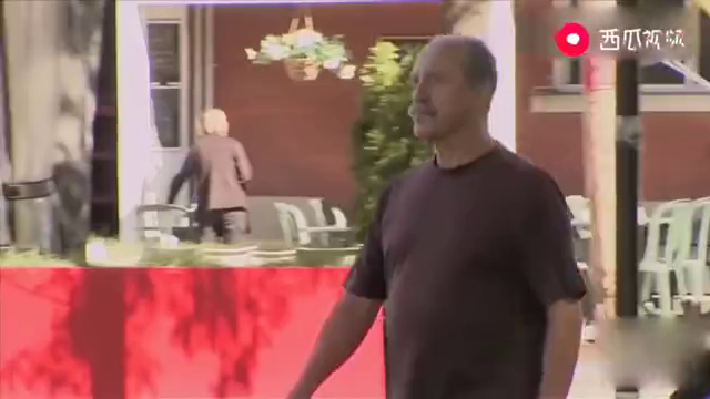 国外恶搞:路人正在散步,两个妹子突然走过去,挽住他的胳膊!