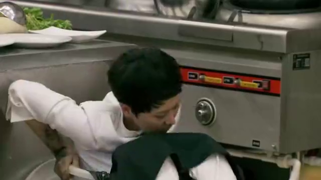 后厨:时慧宝想把徐冰从垃圾桶里扶起来,徐老大却不领情