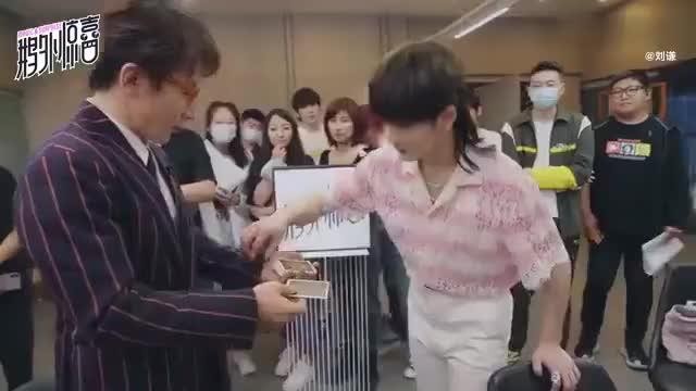 """转发并配字""""刘谦,能不能给我的cp也变个魔术""""看看会不会成真?"""