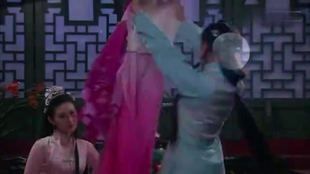 皇上就要离开江南了,小宛看着皇上送自己的戏服,心里满是不舍