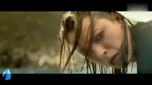 美女被鲨鱼追杀躲在鲸鱼背上,只能用耳环项链缝补血流不止的伤口