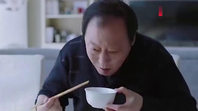 都挺好:苏明成全剧最可爱一幕,爹喝白粥他吃鸡,爆笑整治苏大强