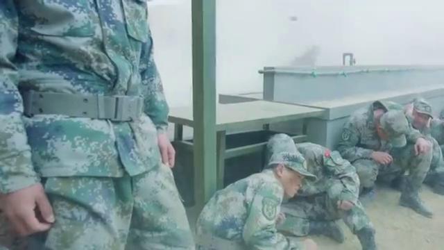 官兵的营房惨遭攻击,下一秒小哥的行为,让所有战友震惊