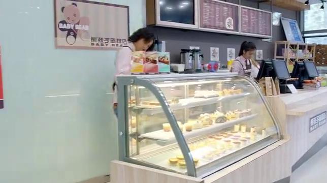 熊雄看到尤用带着一份麦当劳快餐回到店里后熊雄不禁大为生气