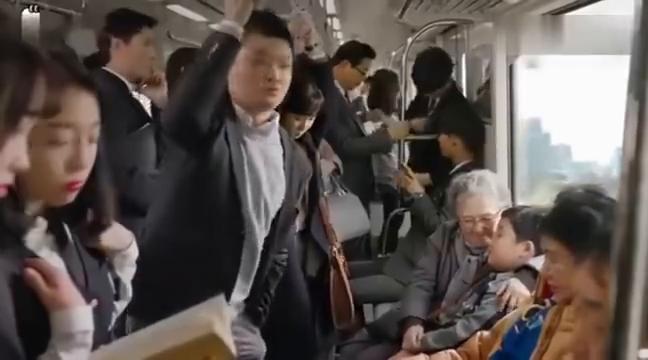 美女地铁打盹遇到猥琐男,不料接电话几句话把整个车厢人吓的半死