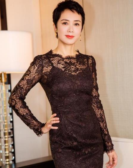 蒋雯丽头发越剪越短,穿蕾丝鱼尾裙高调亮相,这身材60后里难得