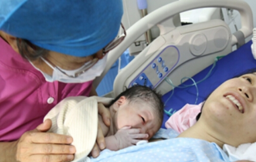 90后产妇在待产疼得直哭,老公要求注射无痛针,岳母的话让人无奈