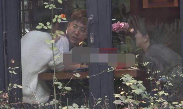 51岁毛宁与好友陈明聚餐状态好,两人用餐途中还曾搞怪自拍