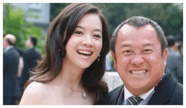 曾志伟女儿46岁无人追?不结婚不生子皱纹疯长,越老越像老爸