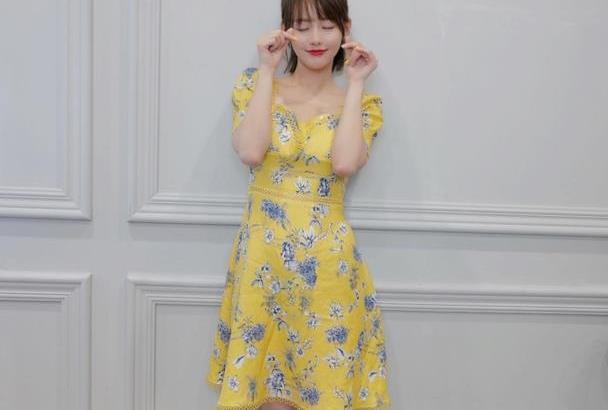 张嘉倪气质真好,穿蛋黄连衣裙淡蓝花朵修饰,清新淡雅