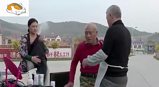 赵四找王大拿理头发,光头上戴个头套,真是看一次笑喷一次