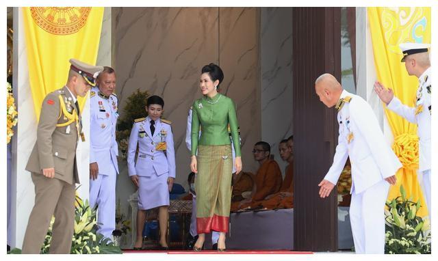35岁泰王贵妃绿衣出行,头戴茉莉花气质清纯,化身丁香一样的姑娘