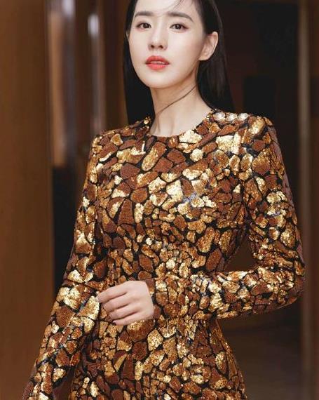 王智出席芒果招商会,身穿黄色亮片短裙,优雅而不失俏皮可爱