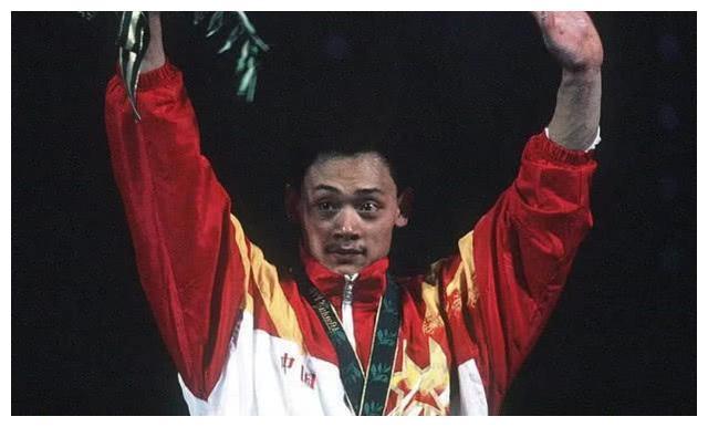 奥运冠军退役当县长,46岁官至副厅级,孙杨曾主动为他拧瓶盖