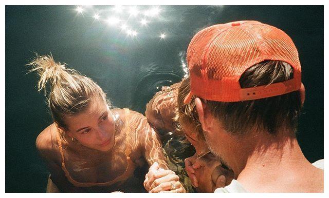 贾斯汀·比伯带妻子受洗,金棕卷发颜值回巅峰,水中关切望向海莉