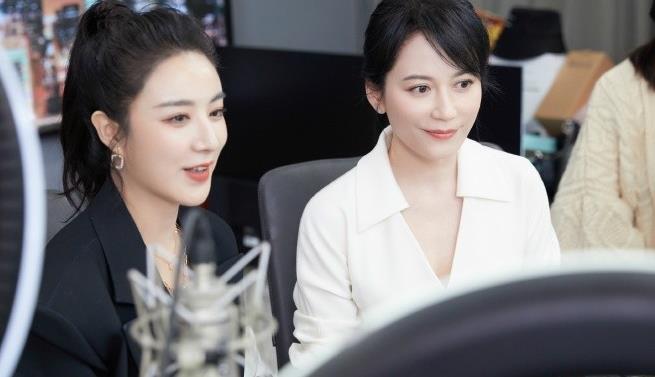49岁俞飞鸿做客薇娅直播间,穿衬衫裙知性减龄,明星脸vs网红脸