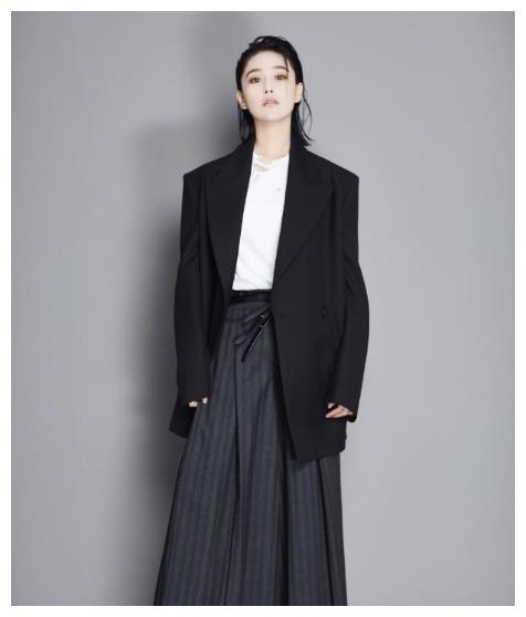 张馨予中性风被吐槽油腻,换上修身礼服后的腰很纤细,御姐范十足