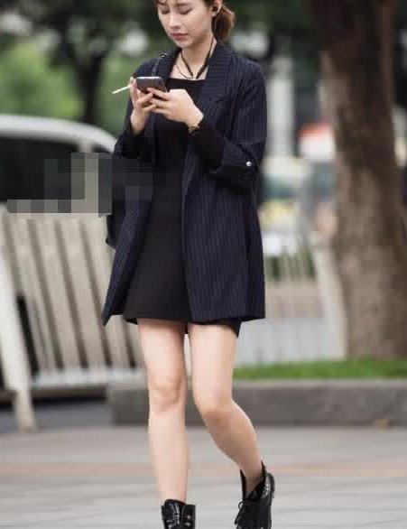 街拍:美女小西装搭黑色连衣裙,时尚感十足
