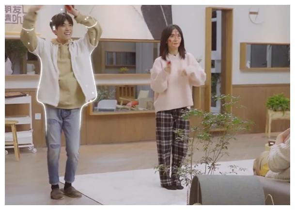 以为千玺赢谢娜属于偶然,看清他PK何炅时舞姿,不愧为男团担当