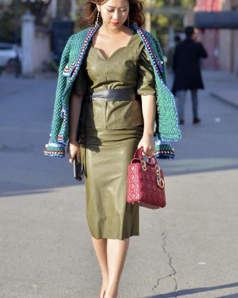 微胖小姐姐,皮裙搭配针织外套,尽显富贵气质