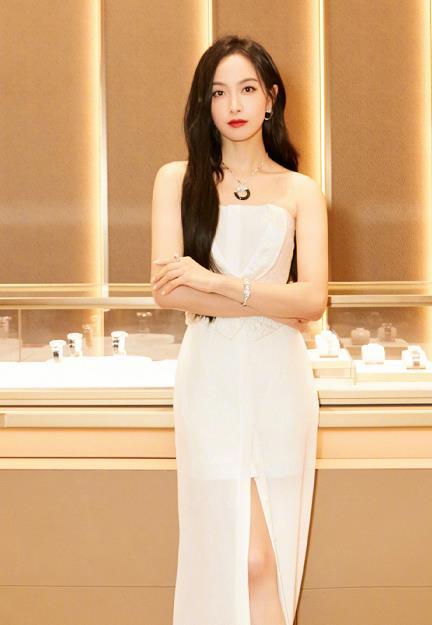 """""""宋茜""""留回长发更惊艳,一袭白色连衣裙高调亮相,好似贵族一样"""