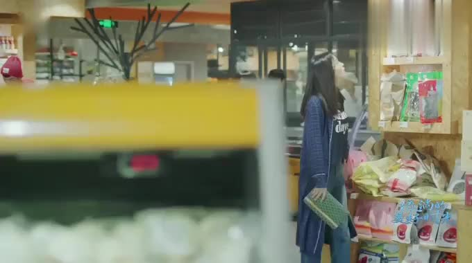 流淌的美好时光:易遥领着美女到超市买东西,不料美女就挑贵的买
