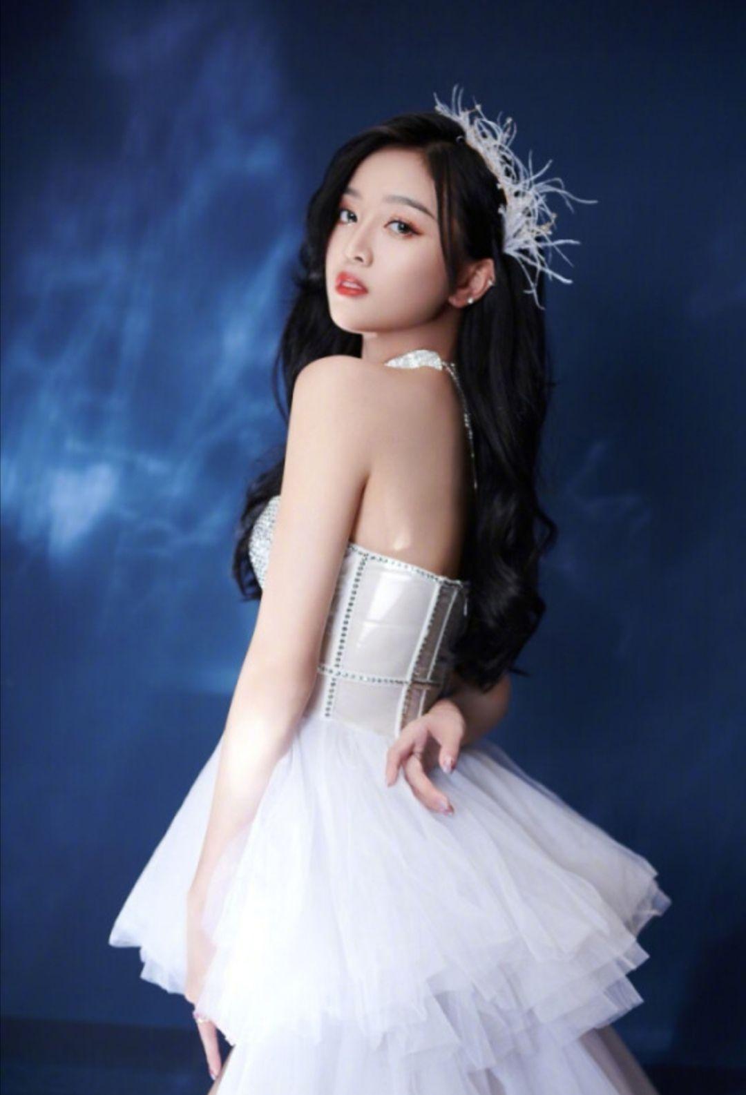 明星吴宣仪,穿洁白露肩晚礼裙夜拍,如公主般美丽(合适做墙纸)