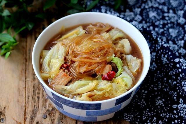 白菜猪肉炖粉条,就这么一个小动作,让你感受最地道的东北味